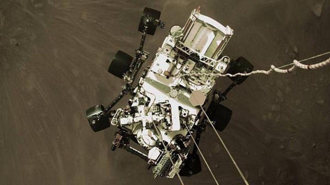 Pojazdné laboratórium NASA Perseverance poslalo na Zem prvé snímky po úspešnom pristáti na Marse